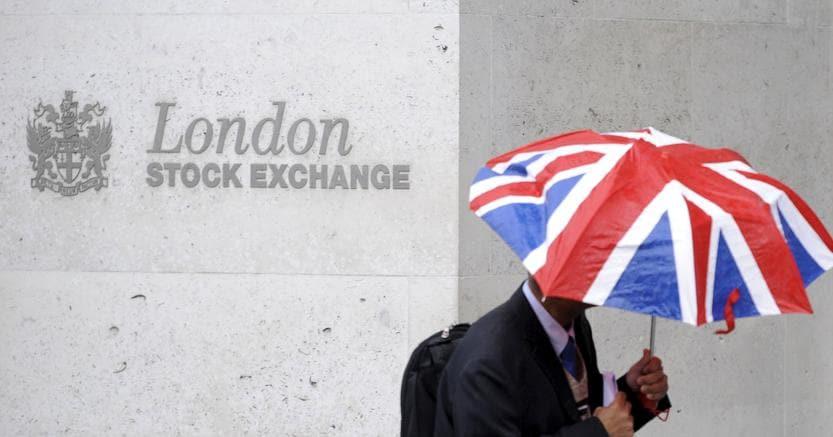 Un passante davanti al  London Stock Exchange nella  City (Reuters)