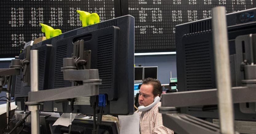 BORSA MILANO negativa zavorrata da bancari, Mps cede oltre 7,8%