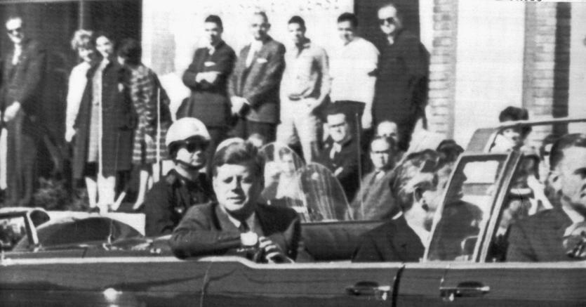 Il presidente John Fitzgerald Kennedy poco prima di essere ucciso a Dallas, in un filmato restaurato del 22/11/1963