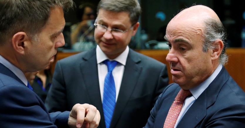 Il presidente di turno dell'Ecofin, Peter Kazimir (a sinistra) con lo spagnolo Lui s de Guindos. Tra loro Valdis Dombrovskis, vicepresidente della Commissione europea. (Reuters)