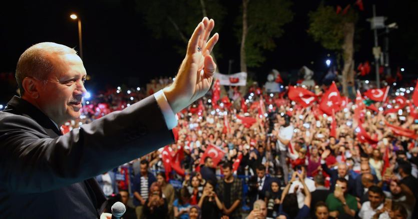 Il presidente Erdogan a un comizio a Istanbul lo scorso 18 luglio (Epa)