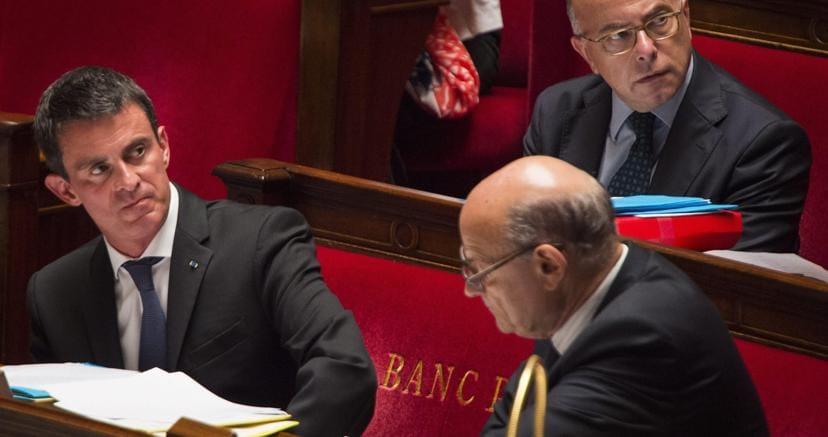 Il primo ministro francese Manuel Valls (a sinistra) all'Assemblea Nazionale (Epa)