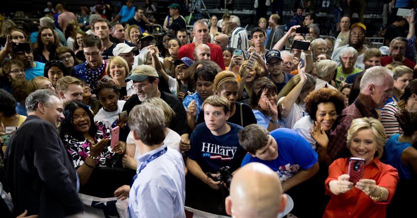 Hillary Clinton mentre fa una foto con lo smartphone