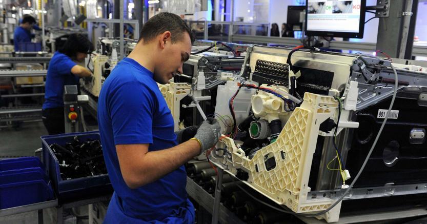 Istat: l'economia frena, produzione industriale di nuovo in calo