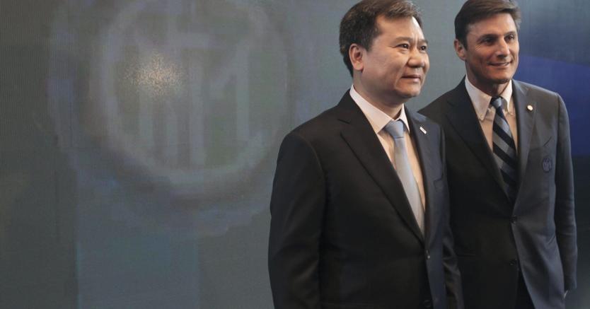 Zhang Jindong e Javier Zanetti. (Ansa)