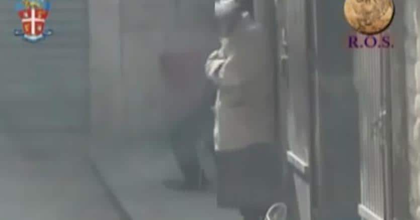 Il momento dell'arresto dell'imam di Andria Hosni Hachemi Ben Hassen (Ansa)