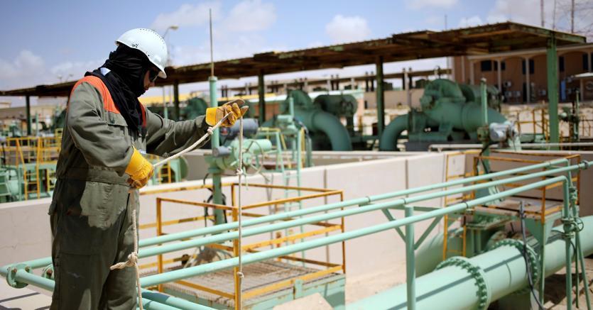 Un operaio al lavoro nell'impianto petrolifero di Zueitina, ovest di Bengasi (Reuters)