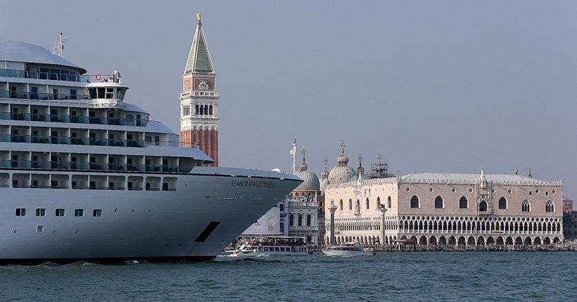 Venezia, una nave nel canale della Giudecca davanti a piazza San Marco (Ansa)