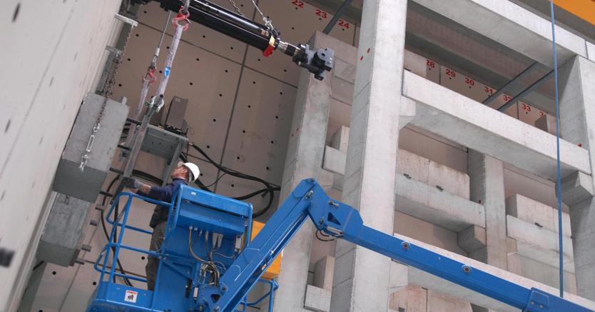 Nella foto un ingegnere al lavoro in un centro di ricerca sulla riduzione del rischio sismico (Olycom)