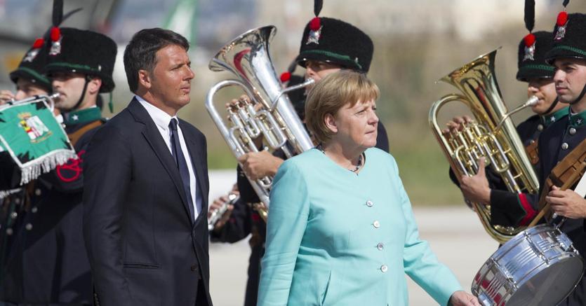 Renzi accoglie Merkel in casa Ferrari: vertice Italia-Germania a Maranello