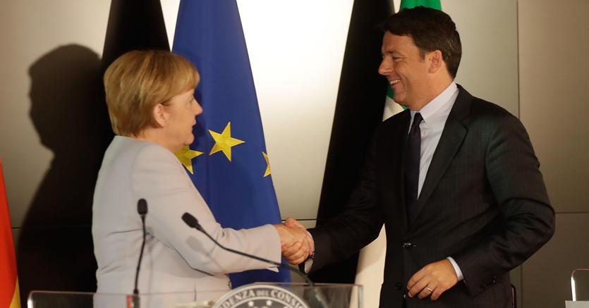 Stretta di mano tra la cancelliera tedesca Angela Merkel e il presidente del Consiglio Matteo Renzi al termine della conferenza stampa conclusiva del vertice bilaterale tra Italia e Germania svoltosi a Maranello (AP Photo)