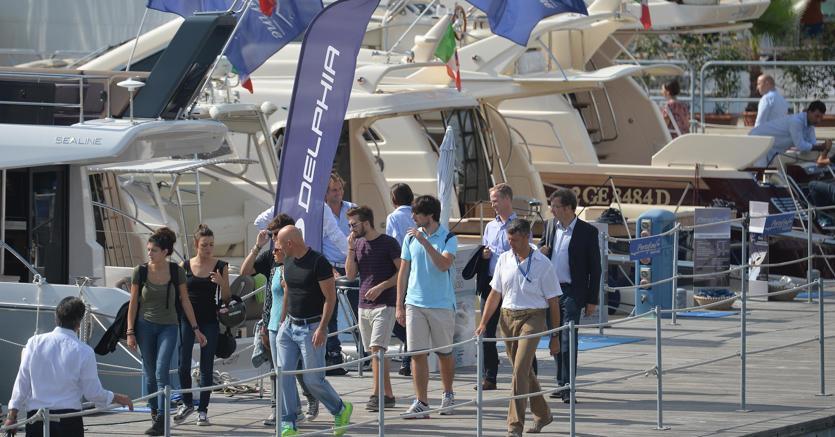 Visitatori in giro per gli stand al Salone nautico di Genova