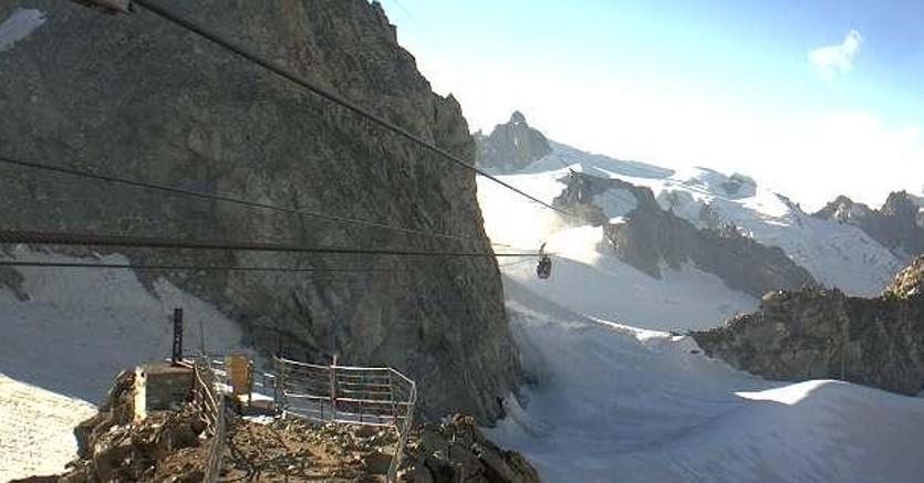 Funivia ferma per un guasto: cento persone bloccate sul Monte Bianco