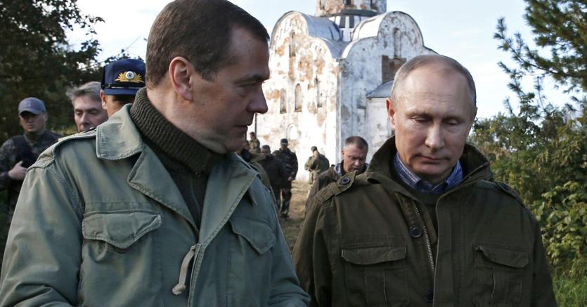 Medvedev insieme a Putin (Epa)