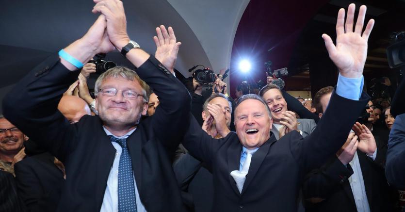 I leader di Afd esultano dopo i risultati del voto a Berlino (Epa)