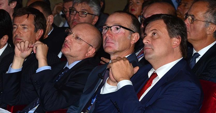 Vincenzo Boccia (secondo da sinistra) durante l'assemblea di Coinfindustria Bergamo
