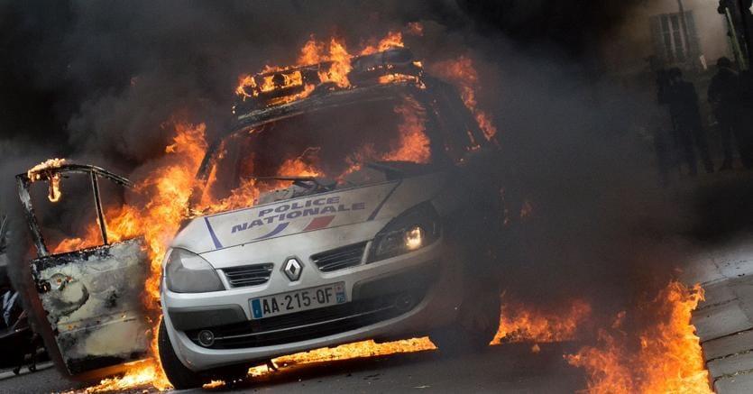 Molotov su 2 agenti a Parigi, gravissimi