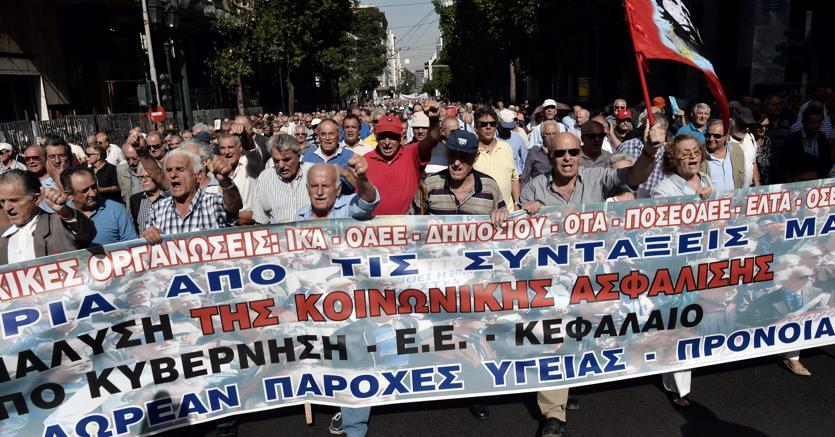 Protesta dei pensionati contro  i tagli alle pensioni ad Atene (Afp)