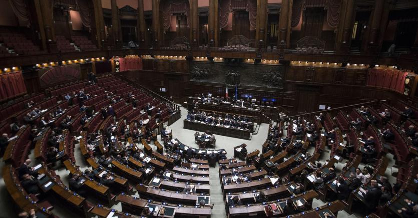 Il parlamento autorizza il deficit fino al 2 4 il sole for Formazione parlamento
