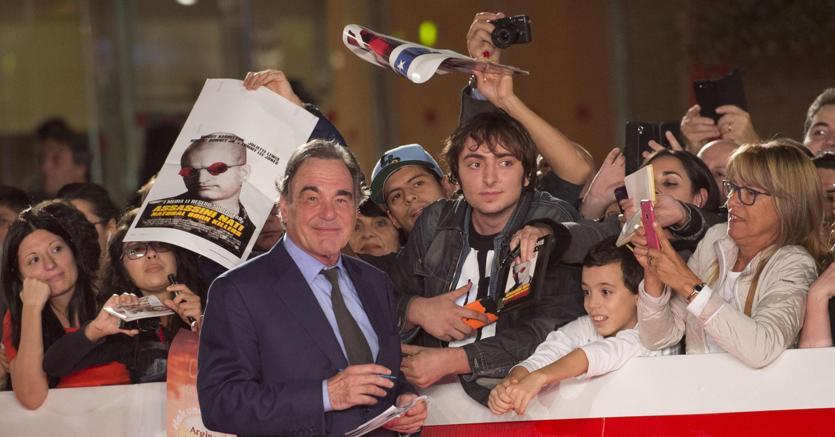 Oliver Stone firma autografi alla Festa del cinema di Roma