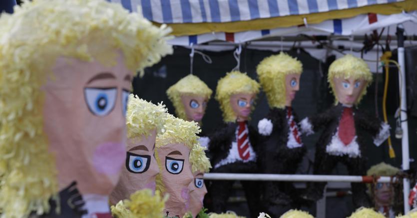 Pupazzi fatti a immagine di Trump in vendita in Texas