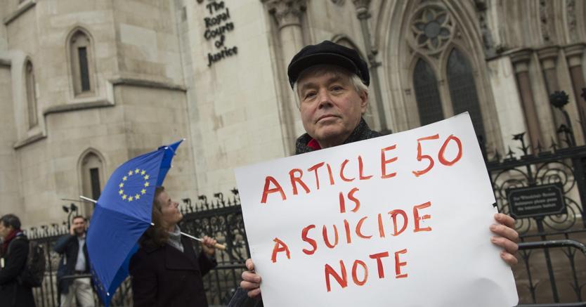 Una manifestazione anti-Brexit davanti all'Alta Corte di Londra