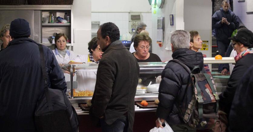 Una mensa della Caritas (Fotogramma)