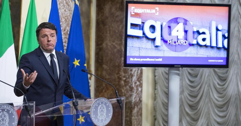 Il presidente del Consiglio Matteo Renzi durante la conferenza stampa al termine del Consiglio dei ministri sulla legge di bilancio. Dalla sanatoria delle vecchie cartelle esattoriali il Governo conta di ricavare 4,2 miliardi di euro (Ansa)