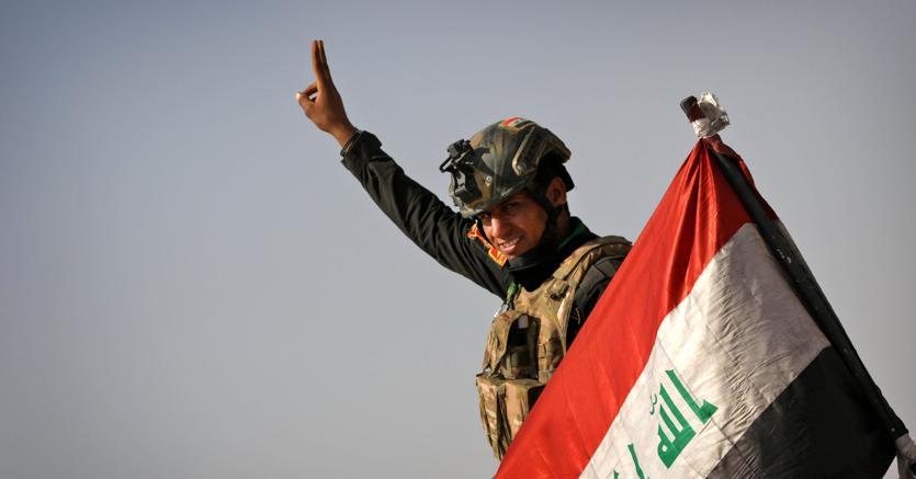 Un soldato iracheno dopo la riconquista di un villaggio presso Mosul