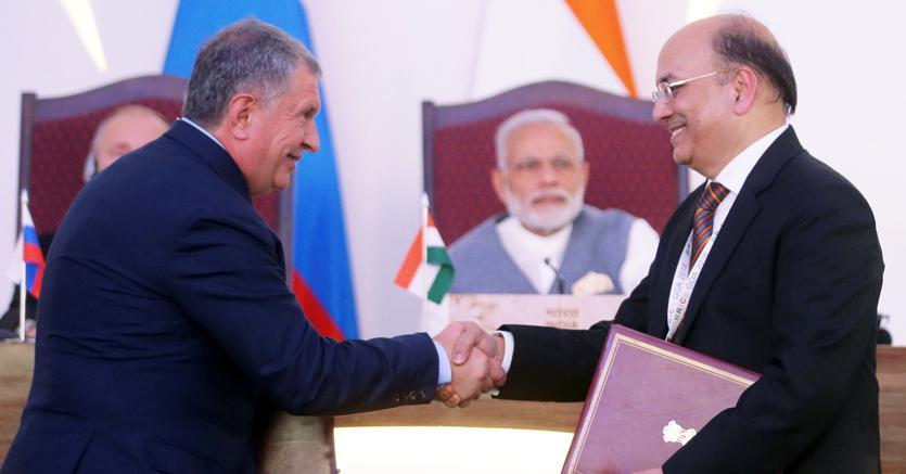 Igor Sechin (a sinistra), ceo di Rosneft, a un incontro durante il Summit India-Russia (Reuters)
