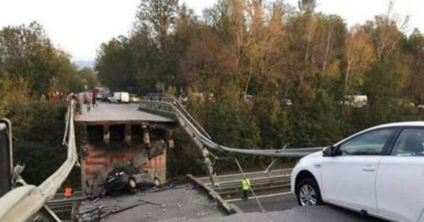 Lecco, crolla cavalcavia su strada statale: coinvolte auto e un tir