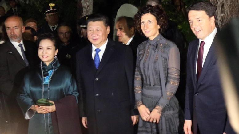 Il presidente cinese Xi Jinping con Agnese Landini, moglie di Matteo Renzi e con il premier italiano (Ansa)