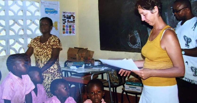 La dottoressa Fossaceca in una delle missioni in Africa