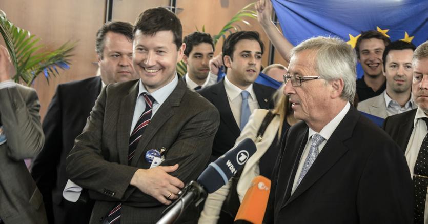 Martin Selmayr, a sinistra, insieme a Jean-Claude Juncker (Afp)