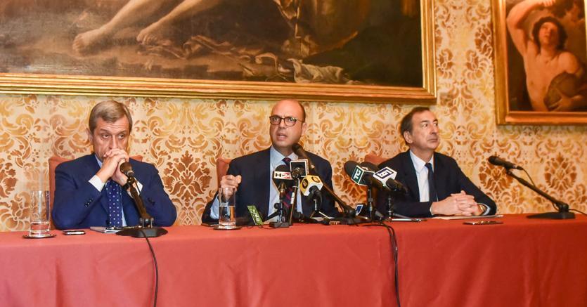 Alessandro Marangoni (s), Angelino Alfano e Giuseppe Sala (Fotogramma)