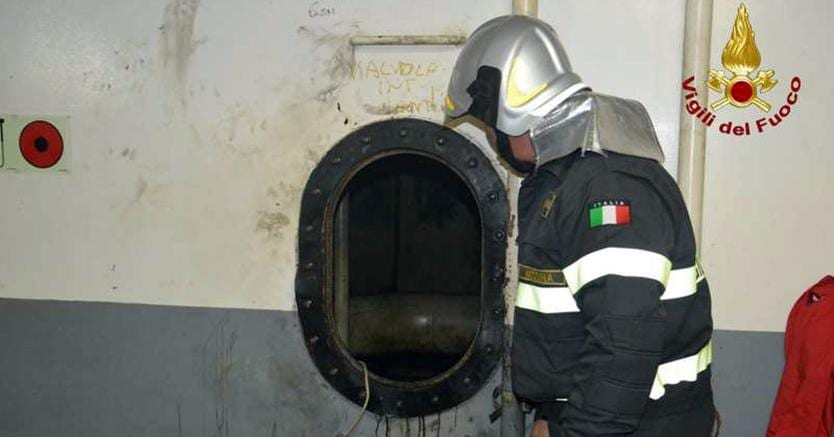 Messina, cinque operai cadono nella cisterna di una nave. C'è un morto
