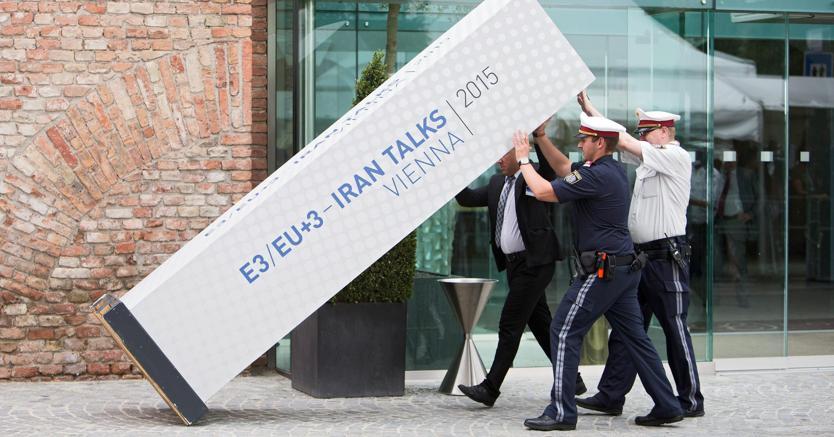 L'insegna dei negoziati  tra Europa e Iran caduta durante le trattative  del luglio 2015, a Vienna. (Epa)
