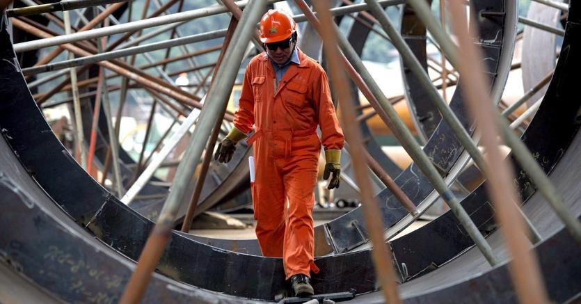 Un'operaio metalmeccanico al lavoro in un'immagine d'archivio (Ansa)