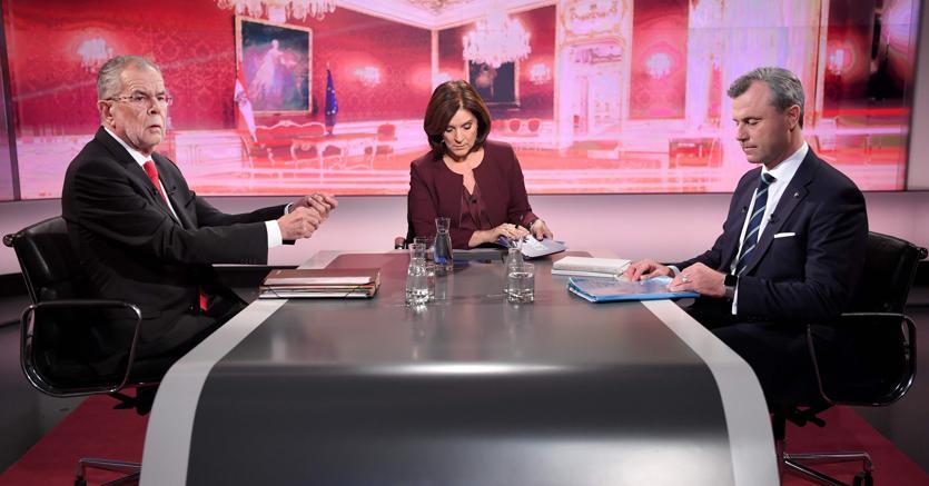 Il candidato  dei Verdi Alexander van der Bellen (a sinistra) e il populista Norbert Hofer (a destra) durante il dibattito tv di ieri