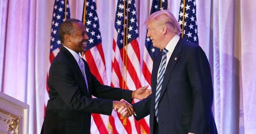Donald Trump con il suo ex rivale e futuro segretario all'Edilizia e allo sviluppo urbano, Ben Carson (Afp)