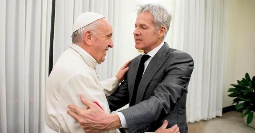 Papa Francesco con Claudio Baglioni (ANSA/ UFFICIO STAMPA OSSERVATORE ROMANO)