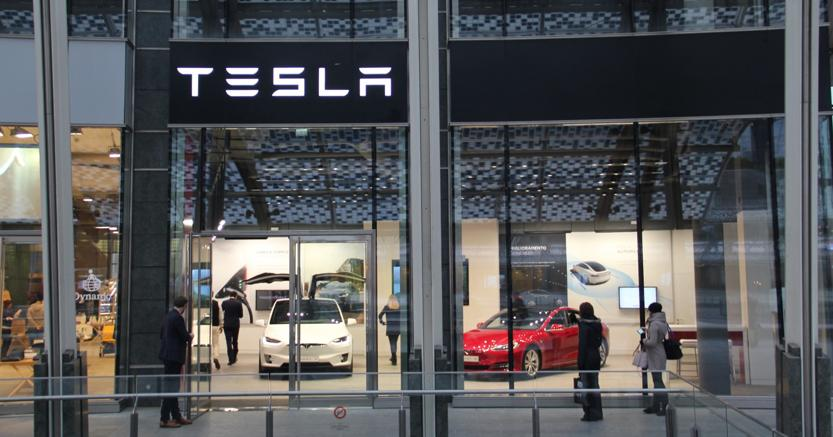 Tesla%20Store%20Milano%201-kyiD--835x437