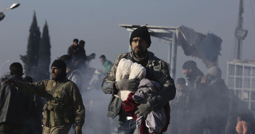 Cittadini siriani durante l'evacuazione di Aleppo (Ap)