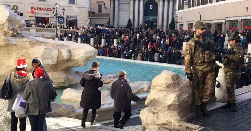 La Fontana di Trevi a Roma, presidiata dalle forze di sicurezza