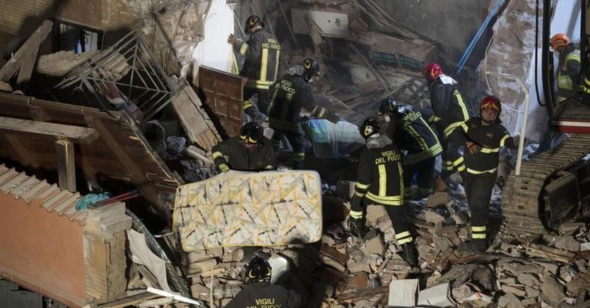 Crolla una palazzina a roma trovate morte madre e figlia for Piani della casa del sud