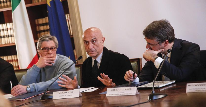 Vasco Errani (a sinistra), il ministro dell'Interno Marco Minniti e Raffaele Cantone durante la conferenza stampa di presentazione del protocollo d'intesa per l'attuazione degli investimenti e lo sviluppo d'impresa  (Ansa)