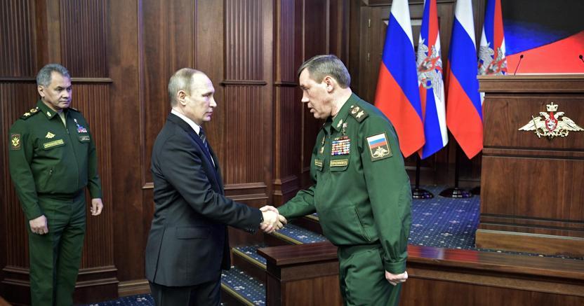 Vladimir Putin con il generale Gerasimov (Epa)