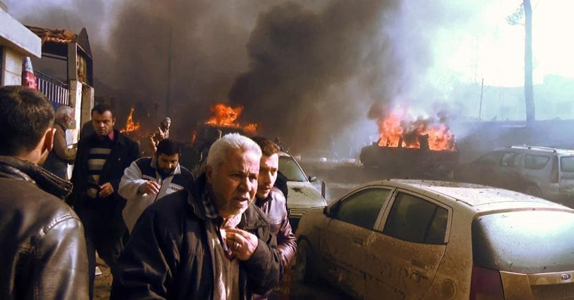 Siria, strage in un mercato al confine con la Turchia: 60 morti