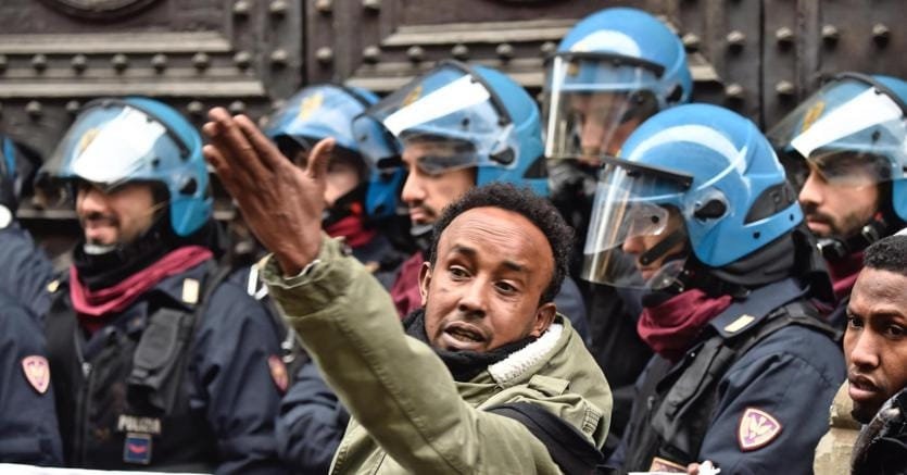 Firenze, migranti tentano di entrare in prefettura: cariche della polizia