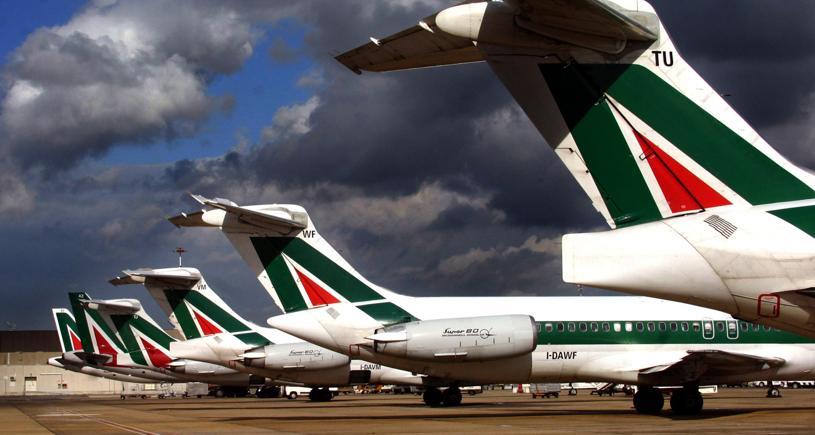 Alitalia annuncia i tagli: 160 milioni nel 2017